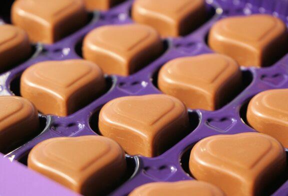 Pralina od fine čokolade spolja, kremastog punjenja i prelepog izgleda, najpoznatiji je slatkiš na svetu