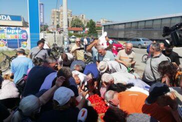 Povrtari iz Jablaničkog okruga na protestu besplatno delili građanima paradajz